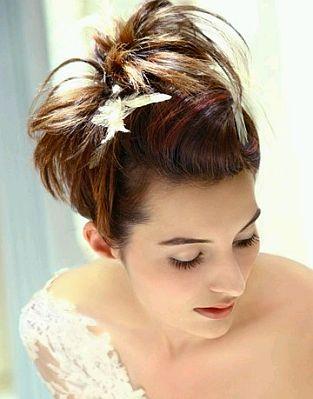 otro peinado que har que te veas como una novia moderna y tierna se trata de un moo bastante holgado y dos largos mechones de cabello a los costados