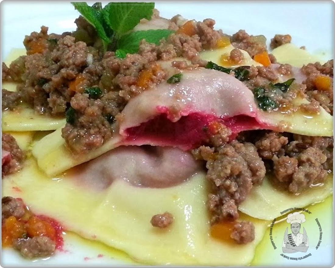 ravioloni all'hummus di barbabietola con ragout speziato di agnello