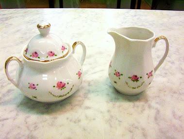 Zuccheriera e lattiera  dipinte a mano con roselline e filettatura d'oro