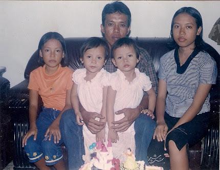 Bapak, Mbakku, Aku, Adikku Si Kembar. Lha Simake Jik Nang Mekah