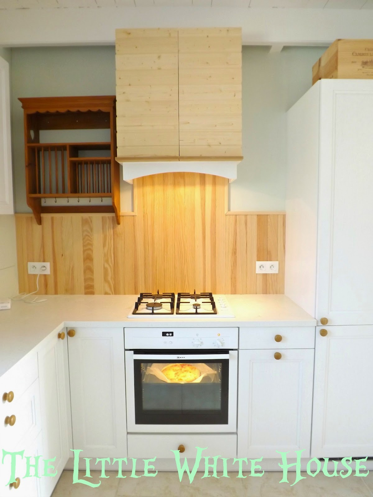 The little white house on the seaside: little white kitchen hood