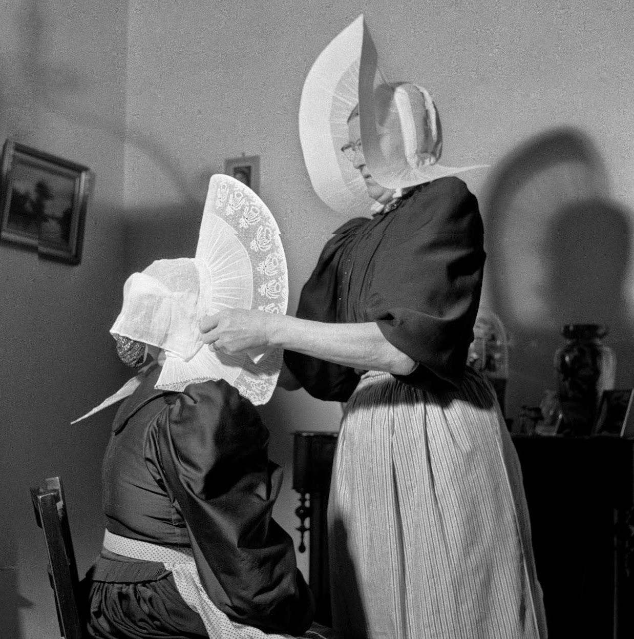 Mutsenstrijkende zusters Geesie en Aaltje