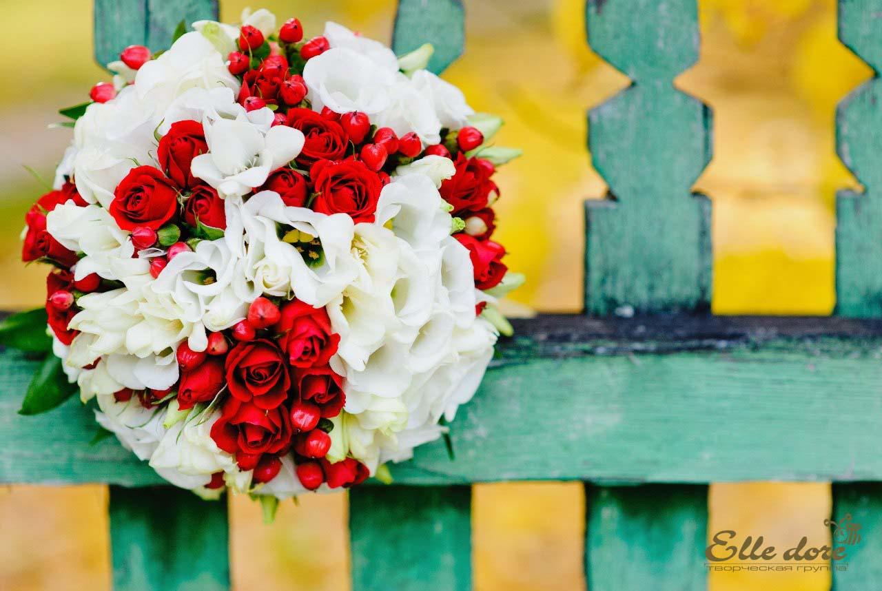 Букет невесты розы белые и красные цветок декабрист москве