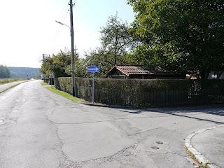 Leutstettener Straße in Gauting, Abzweigung zum Steg über die Würm