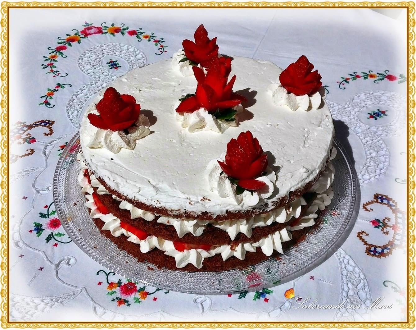 Tarta de chocolate con fresas y nata
