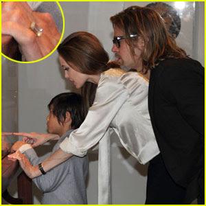 Angelina Jolie, purtand inelul de logodna