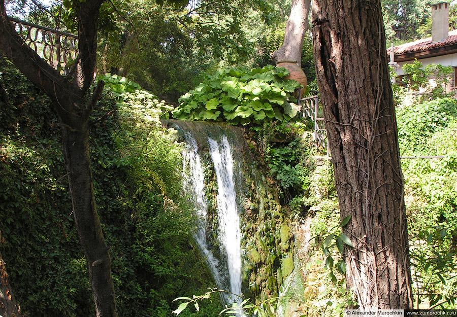 Искусственный водопад в королевской резиденции Балчика