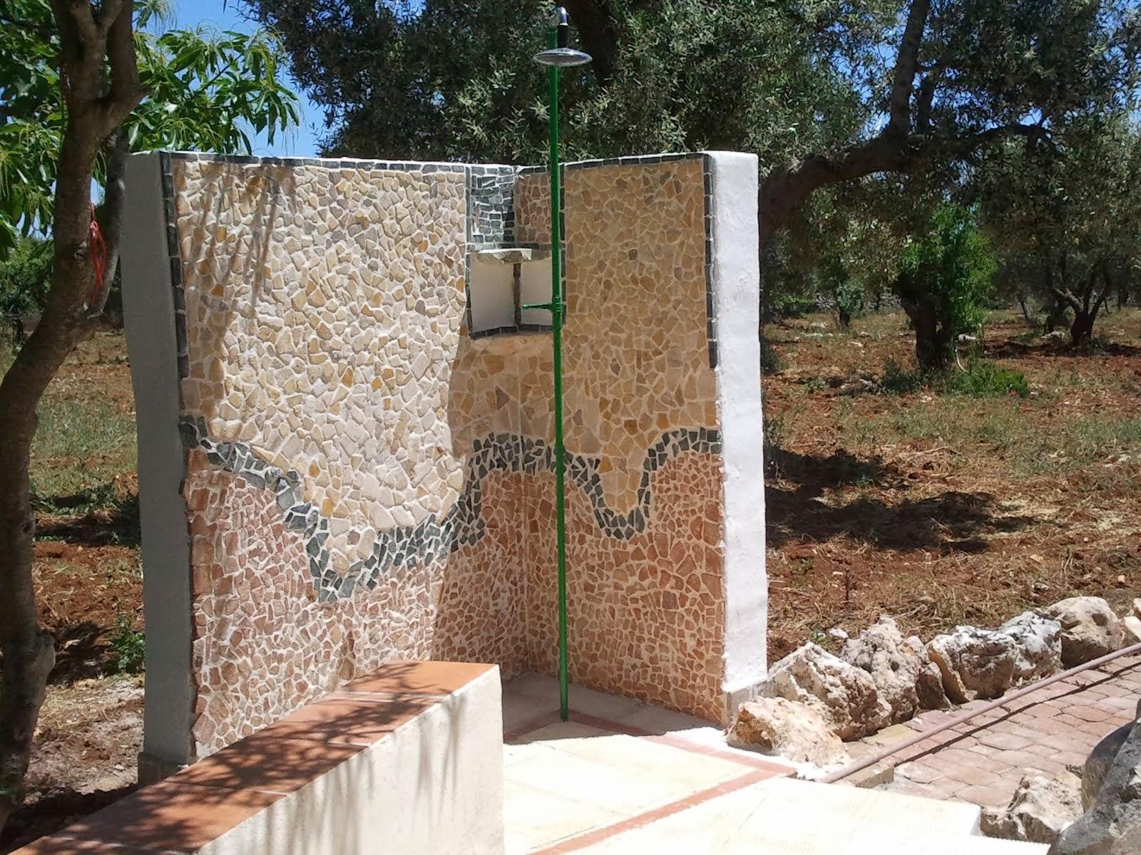Doccia esterna in pietra idee creative di interni e mobili - Doccia esterna da giardino ...