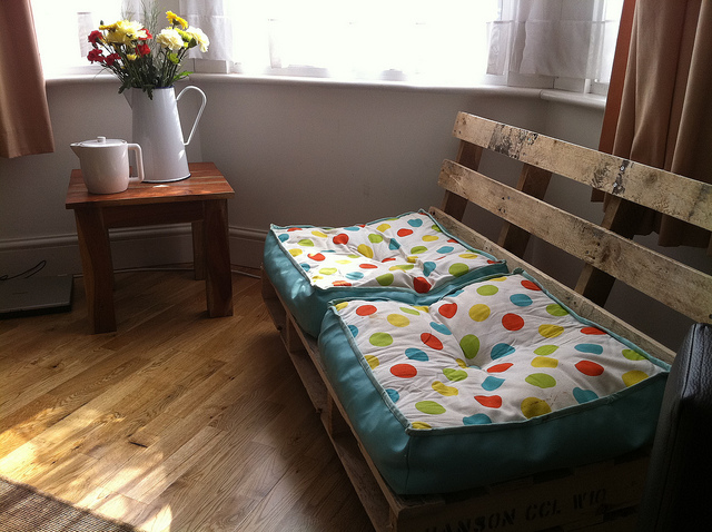 10 ideias de sof s de paletes de madeira reciclados for Sofa reciclado