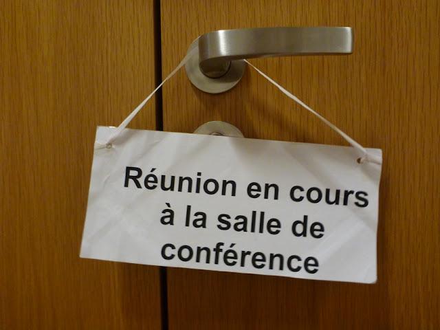 Réunion en cours à la salle de conférence — im Konferenzraum findet eine Sitzung statt