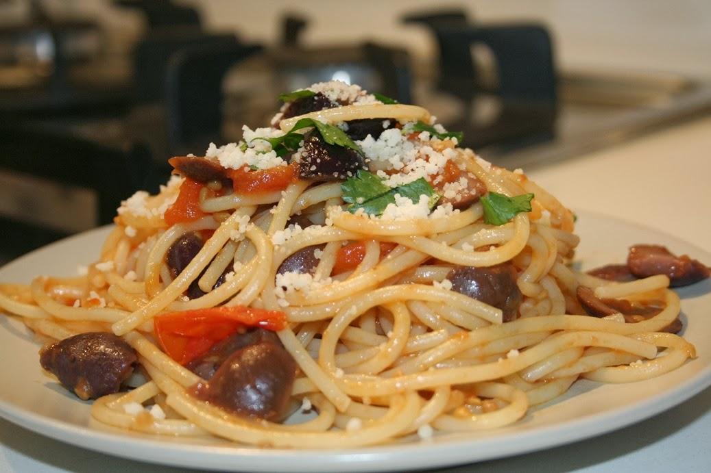 spaghetti con pomodoro e olive nere