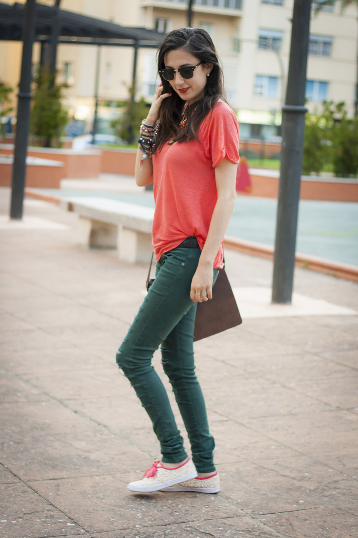 calzado merkal camiseta coral jeans rasgados