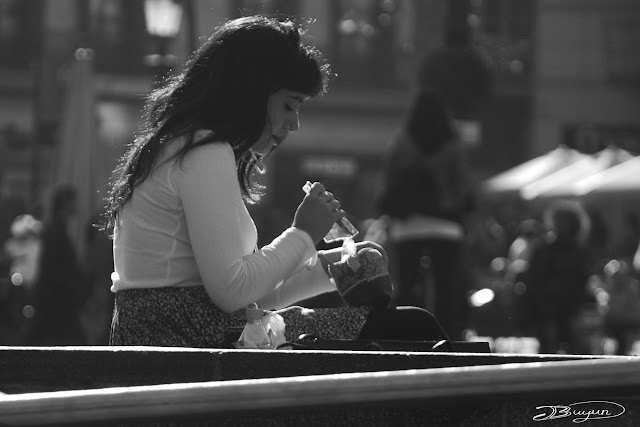 Retrato callejero en blanco y negro en las calles de Barcelona