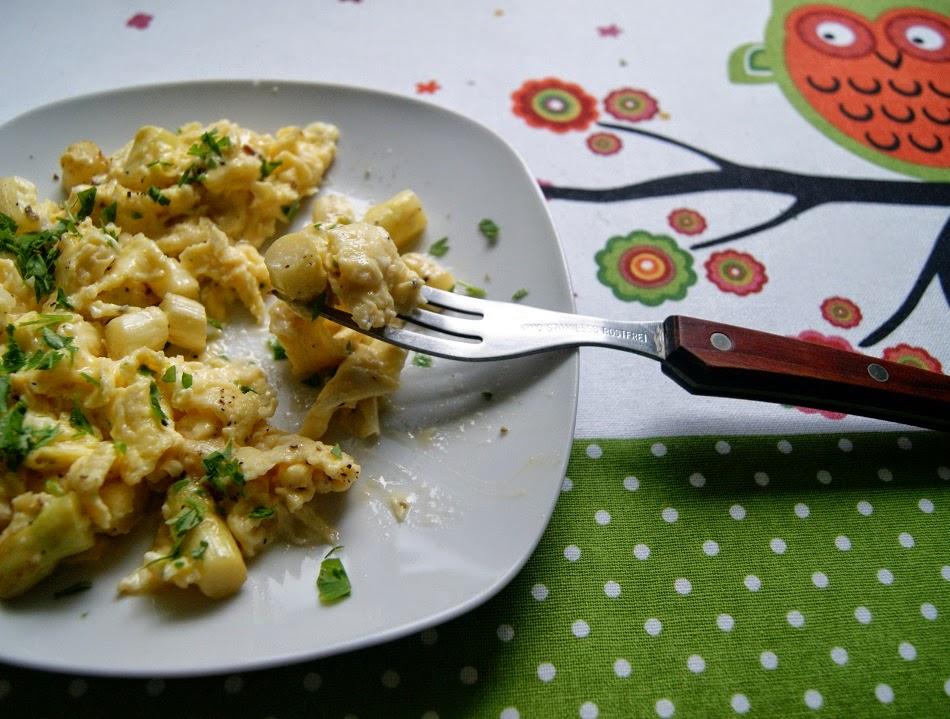 jajecznica i zupa krem z bialymi szparagami