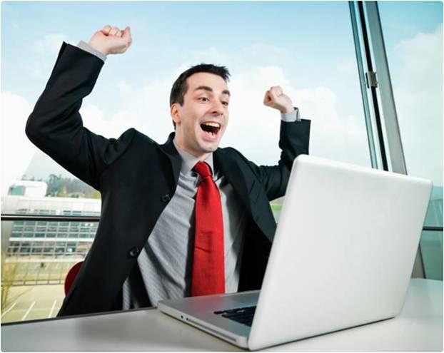 Homem feliz no computador
