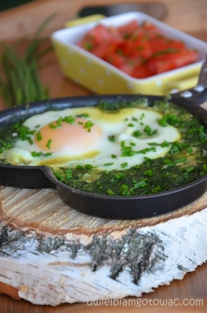 Jajka sadzone na szpinaku