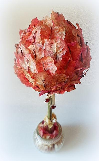 Plano cercano de la esfera cubierta de petalos de bungavilla
