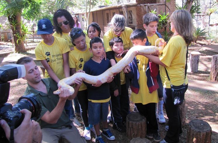 Turismo sensorial: crianças cegas visitam o Zoológico de Brasília