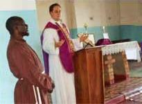 Ks. Bely głosi kazanie (obok, we franciszkańskim habicie stoi pan Chapewa)