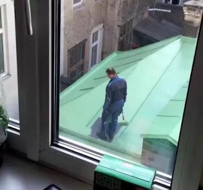 Coincé sur un toit en faisant sa peinture