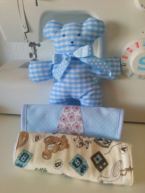Baberos artesanales con detalle de corbata y personalizados