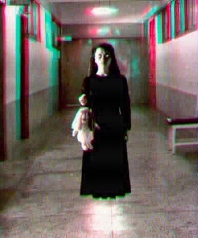Niña fantasmal de aspecto siniestro y tenebroso que flota en un pasillo mientras sostiene un muñeco.