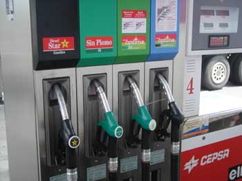 La correlación de la gasolina y el aceite la motosierra el socio