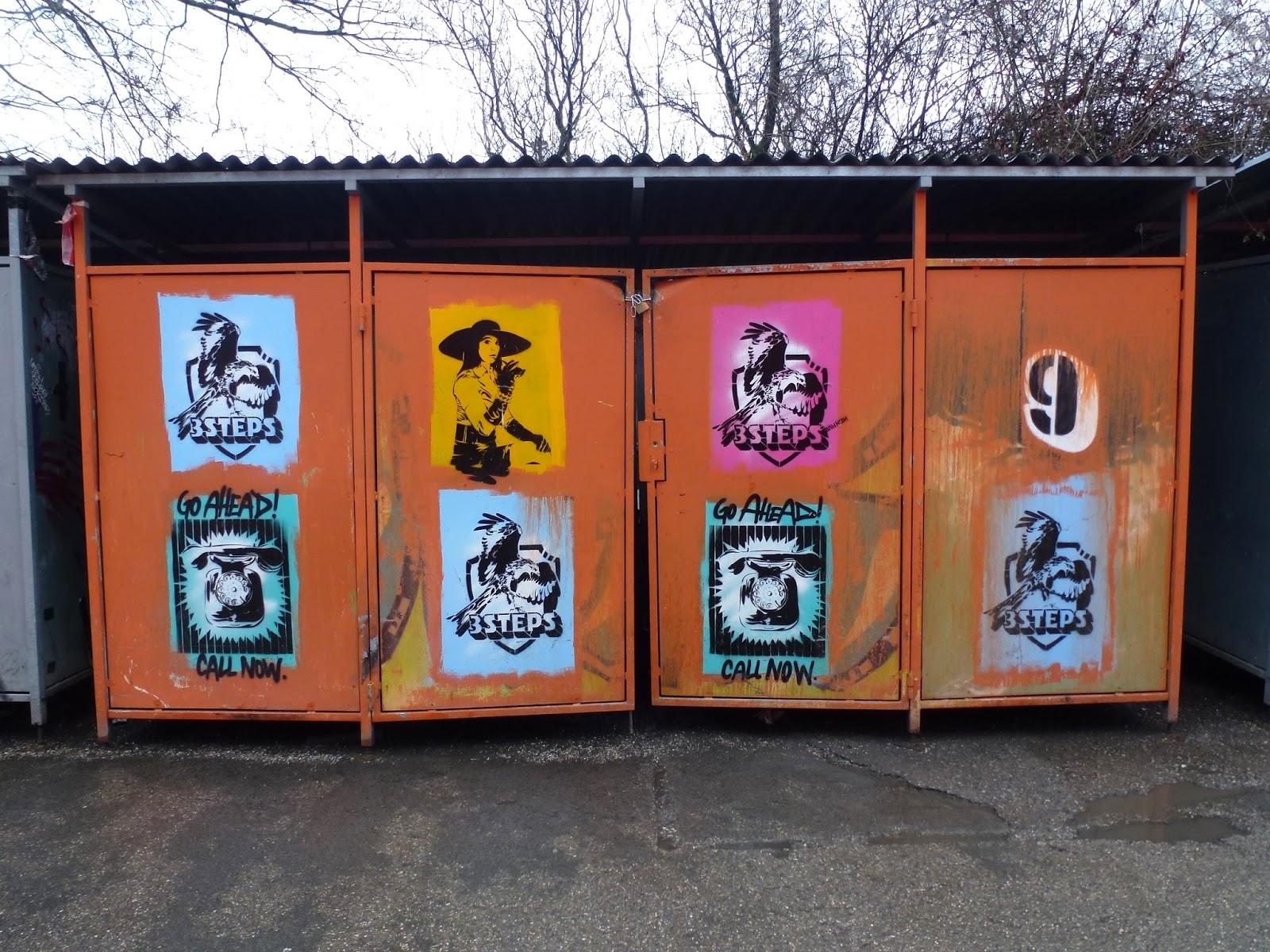 Stencils auf Mülltonnen-Unterstellplatz im Kunstpark Ost