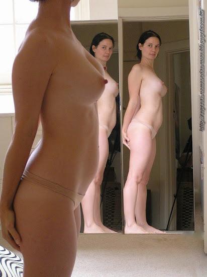 mulher só de calcinha e tetas durinhas em frente ao espelho