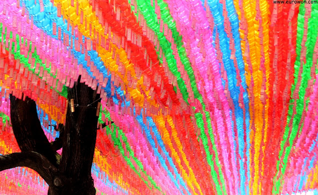 Farolillos multicolores en el templo Jogyesa