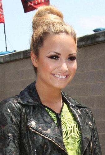 Demi Lovato Sarı Saçlar ve Topuz Modeli