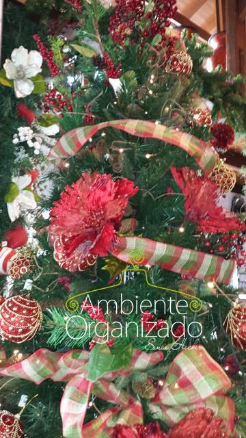 ÁRvore de Natal com decoração vermelha