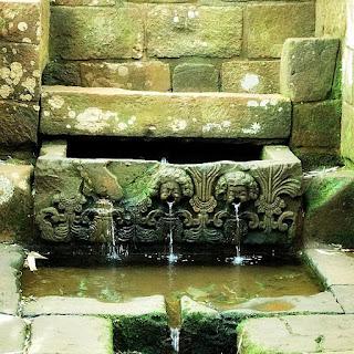 Fonte Jesuítica, São Miguel das Missões. A água verte a partir da boca de anjos.