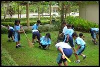menjaga kebersihan sekolah