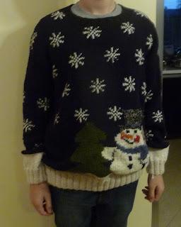 sweter z bałwanem na drutach