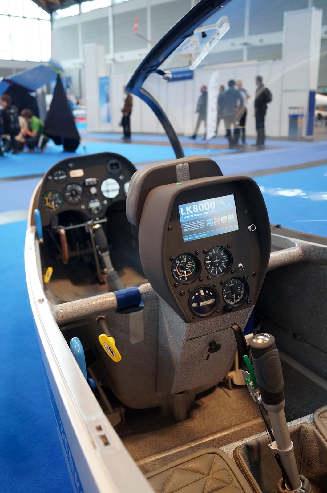 szd.com.pl Aero Friedrichshafen 2013 SZD-54-2 Perkoz nowy design tablicy przyrządów w II kabinie