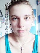 Ungeschminkt. 1. Augenbrauen Zupfen. 2. Gesicht ein Cremen