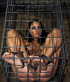 Soumise nue prisonnière dans une cage