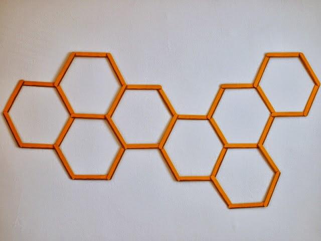 Decorando paredes con palillos de helado en Recicla Inventa