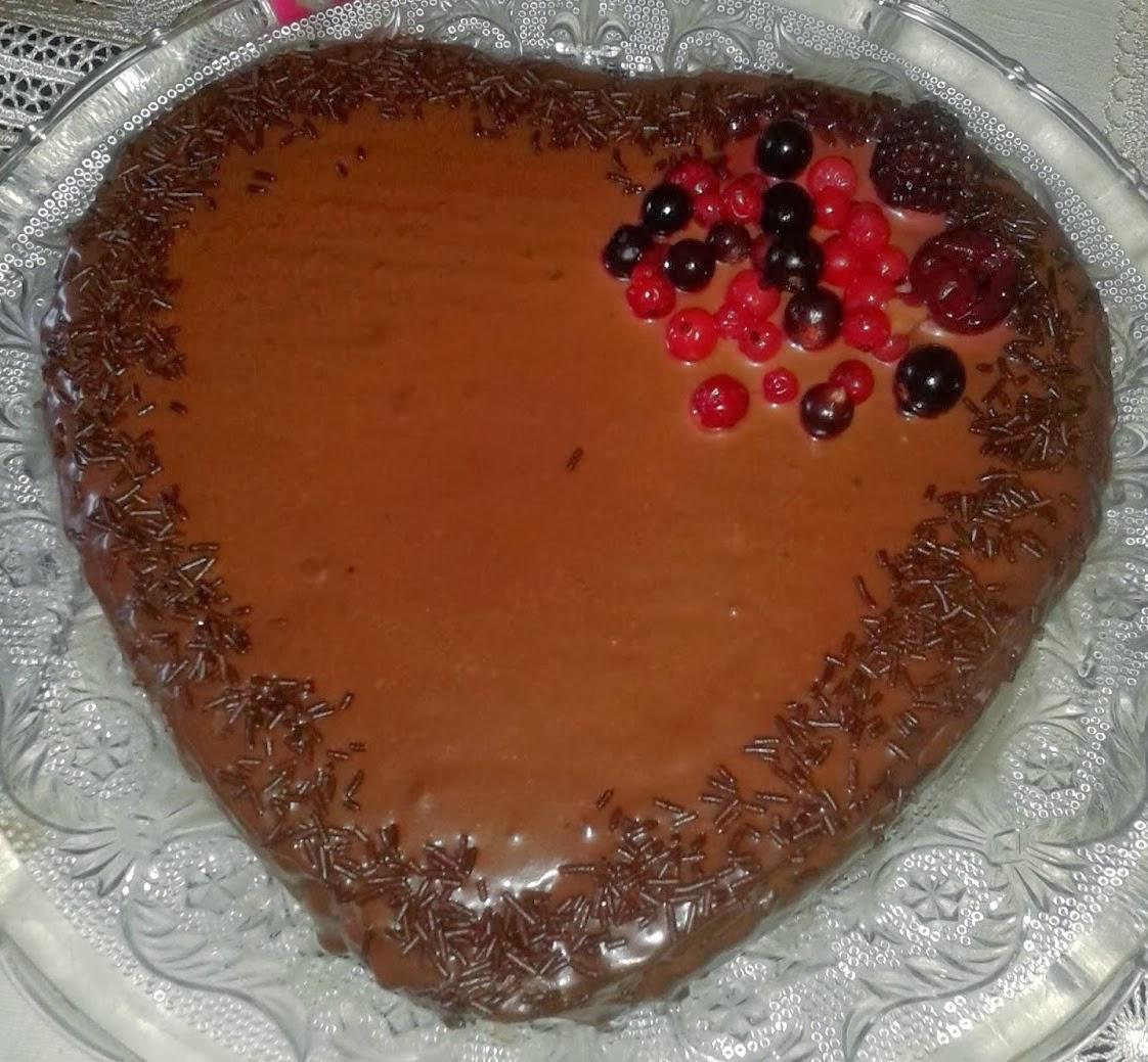 Tarta de chocolate y nueces con forma de corazón