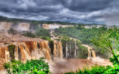 Cascadas del Iguaz con agua sucia (Brasil y Argentina)