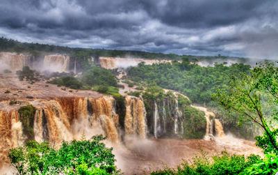 Cascadas del Iguazú con agua sucia (Brasil y Argentina)