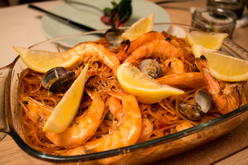 Spanish style toasted spaghetti with prawns and clams | Svelte Salivations