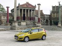 Der Fiesta hat ein neues Gesicht bekommen mit einer schärfer konturierten Motorhaube, neuen, von der Seite in die Spitze laufenden schmalen Scheinwerfern mit LED-Tagfahrlicht  Foto: Auto-Medienportal.Net/Ford