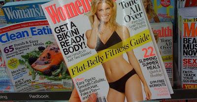 portada de revista con chica rubia de cuerpo perfecto en ropa interior