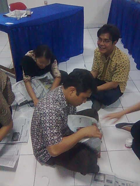 Peserta Seminar sedang membuat alat Sulap Untuk Mengajar