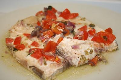 trancio di pesce spada con dadolata di pomodorini e cipolla