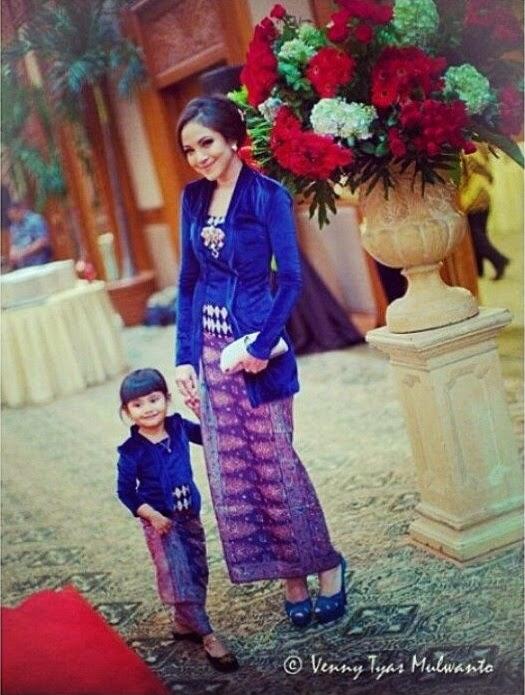 INDONESIA : WOMAN NATIONAL DRESS KEBAYA IS INDONESIAN