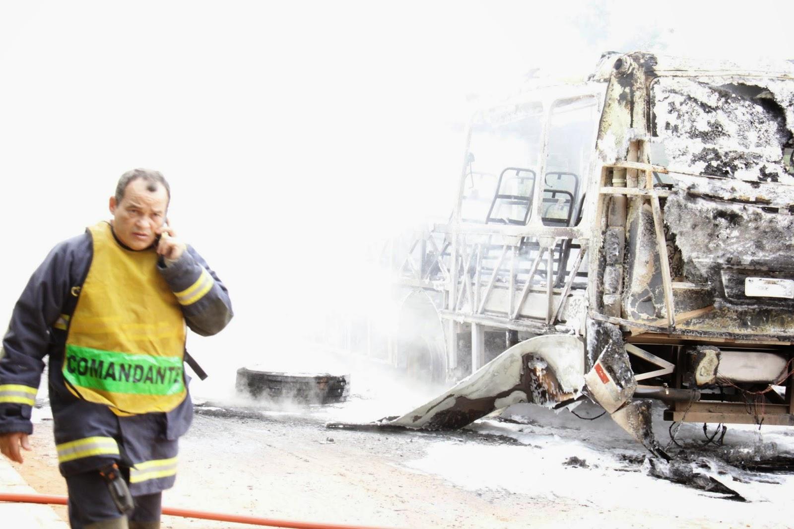 Ação da AGEFIS derrubam casas em construções irregulares e moradores protestam