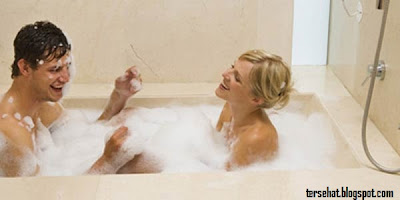 cara bercinta di kamar mandi, melakukan hubungan di bak mandi, hubungan seksual di kamar mandi, gambar hubungan seksual